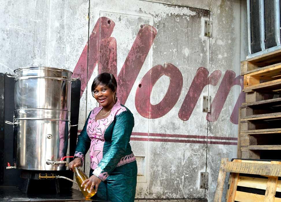 Photo de Florence en train de remplir une bouteille de jus