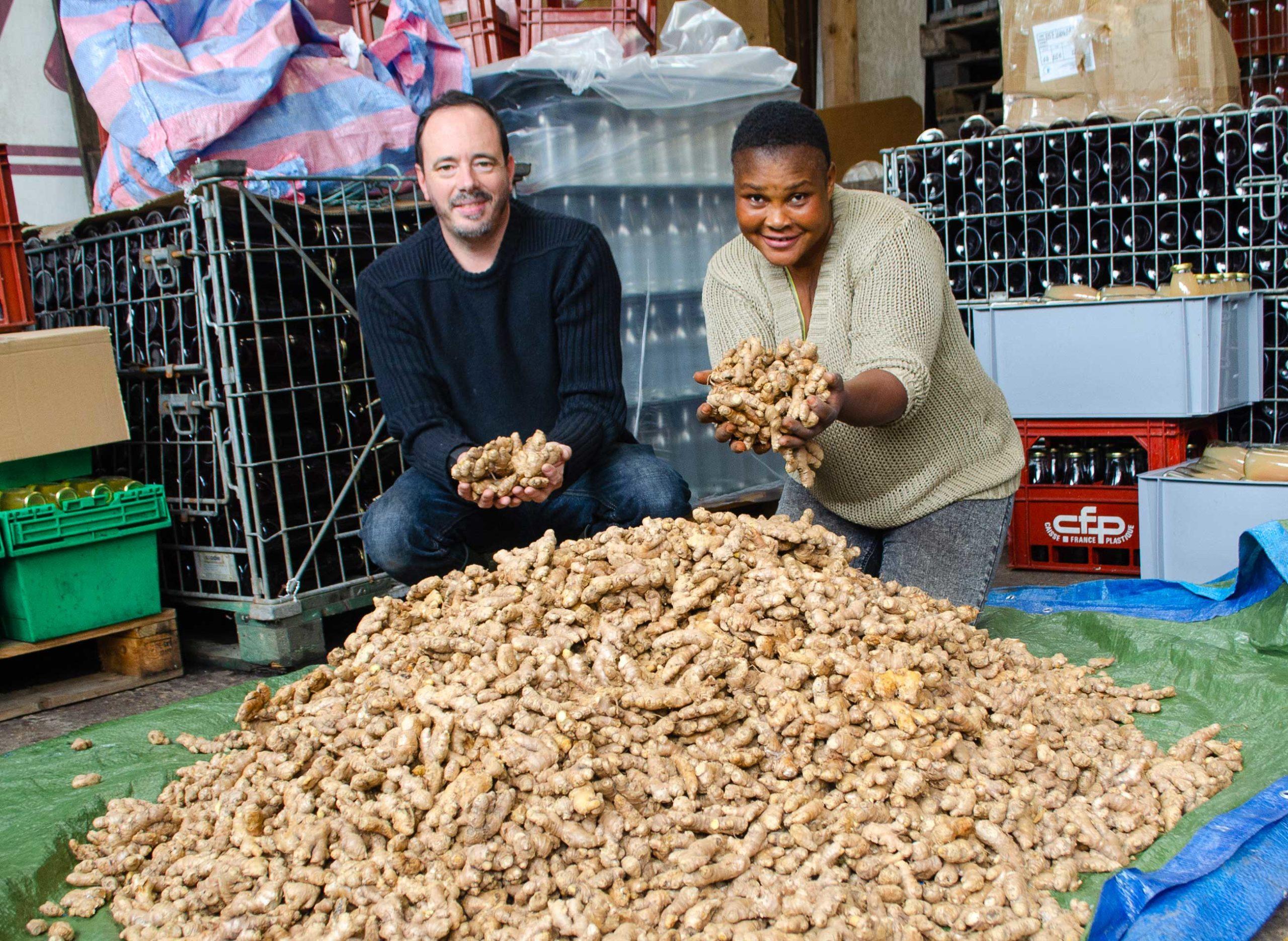 Photos des producteurs (Florence et Philippe) avec une montagne de gingembre